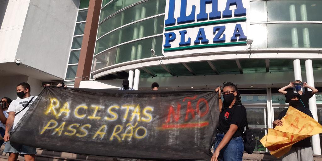 Ato antirracista em frente ao shopping Ilha Plaza – RJ